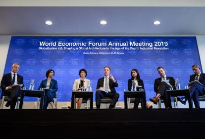 Adrian Monck, Sarita Nayyar, Makiko Eda, Borge Brende, Saadia Zahidi, Sebastian Buckup y Dominic Waughray en conferencia de prensa.