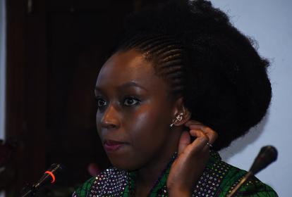 La escritora nigeriana Chimamanda Gnozi Adichie en la rueda de prensa.