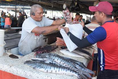 Daniel Berrío Carreño, comercia pescado en el mercado desde hace 45 años.
