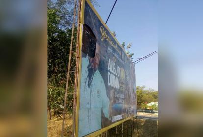 Valla ubicada a la entrada de El Paso, en la que le fue rayda la cara al alcalde.
