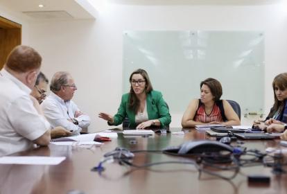 Minminas, María Fernanda Suárez, y superservicios, Natasha Avendaño, en la instalación de la reunión de la junta consultiva.