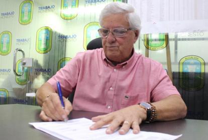 Alcalde Joao Herrera durante la firma del acuerdo.