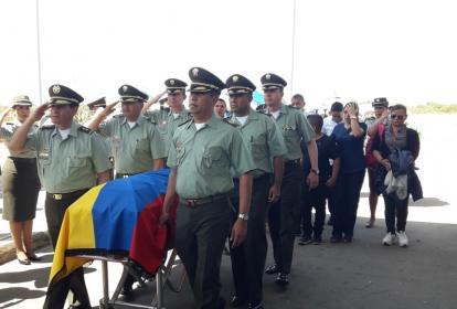 Con todos los honores fue recibido el cuerpo de Andrés David Fuentes, una de las víctimas del ataque.