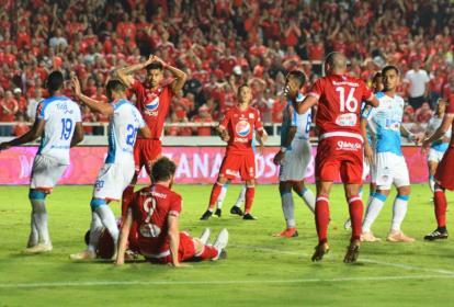 Aspecto del juego entre Tiburones y Escarlatas en el estadio Pascual Guerrero.