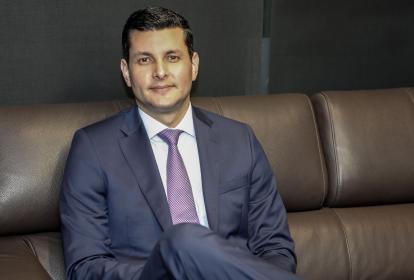 El presidente de Colpensiones, Juan Miguel Villa, en su despacho.