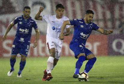 El colombiano Andrés Roa tratando de quitarle el balón al volante Robinho.