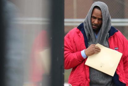 Imagen de la salida de prisión del artista R. Kelly.