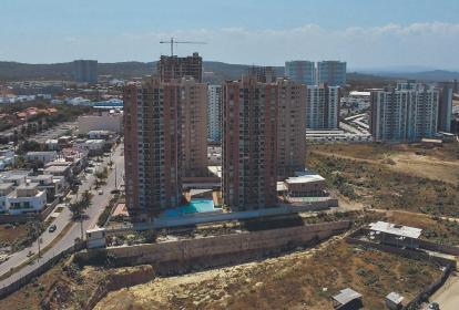Panorámica del sector Villa Carolina en Barranquilla, donde se muestra varios edificios de vivienda que se encuentran en construcción.