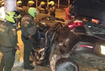 Policías observan el estado en que quedó la camioneta en el accidente de esta madrugada en la Circunvalar.