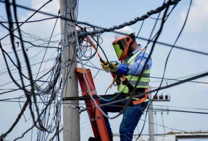 Operarios de la empresa Electricaribe realizando labores. Sala de información será abierta el 6 de junio.