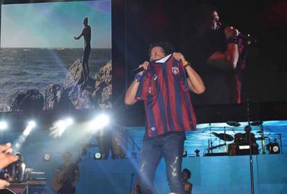 El samario muestra la camiseta del Unión Magdalena en su concierto en Santa Marta.