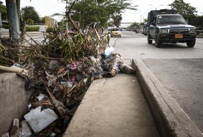 Escombros y basuras se acumulan en la canalización de un arroyo en el barrio Los Girasoles.