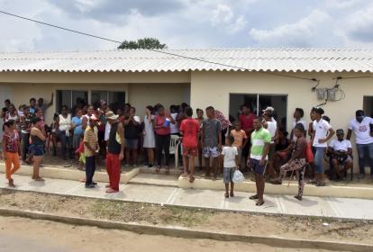 Familias esperan en las terrazas de las viviendas, después del desalojo.