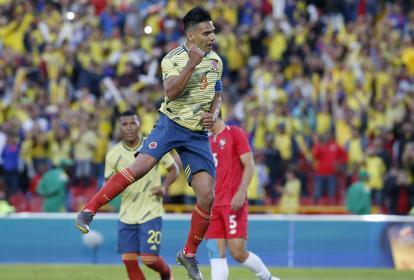 Falcao celebrando su gol de penalti con la Selección Colombia.