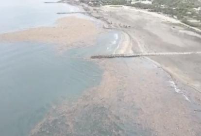 Vista aérea de la isla de basura en las playas de Puerto Colombia.