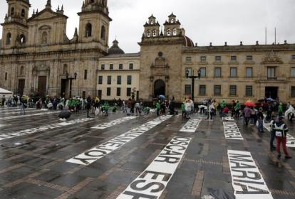 """Víctimas de la violencia en Colombia participan en la elaboración de """"Quebrantos"""", una intervención que la artista plástica Doris Salcedo desarrolla este lunes en la Plaza de Bolívar de Bogotá."""