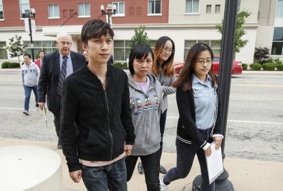 Zhengyang Zhang y Lifeng Ye, el hermano y la mamá de Yingying Zhang, llegan al Palacio de Justicia de los Estados Unidos en donde comenzó el juicio federal contra Brendt Christensen por la desaparición y asesinato de la joven en el 2017.
