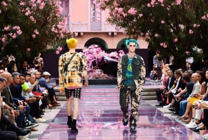 Desfile de Versace durante la Semana de la Moda en Milán el sábado 15 de junio.