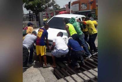 Momento en que moradores de la calle 30 con 25 intentan sacar la camioneta.