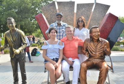 El embajador Gautier Mignot junto al compositor Tomás Darío Gutiérrez y María Lucía Lacouture en el monumento a Diomedes Díaz y Martín Elías.