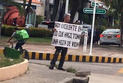 Rafael Varela con su cartel en el norte de B/quilla.