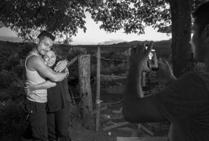 Reencuentro entre Faiver y su madre durante una visita de la mujer al campamento en El Tigre, Meta, el 4 de diciembre de 2016.