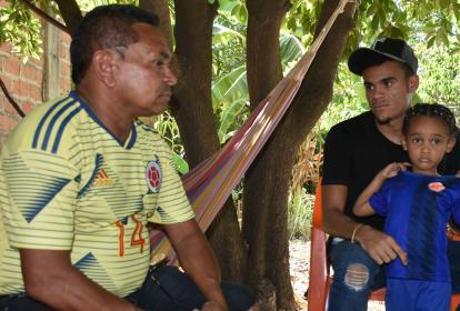 Luis Díaz en el patio de su casa en Barrancas, junto a su padre Luis Manuel.