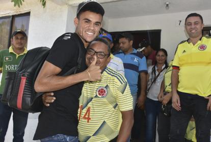 El extremo guajiro Luis Díaz en su visita a su casa en Barrancas, junto a su padre Luis Manuel Díaz.