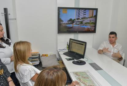 El ministro de Vivienda, Jonathan Malagón, explica a varios constructores los nuevos planes de subsidio para vivienda.