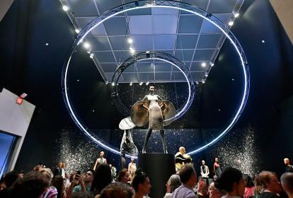 La muestra exhibe creaciones únicas que el artista desarrolló desde 1960. Se destacan diseños que juegan con el futurismo.
