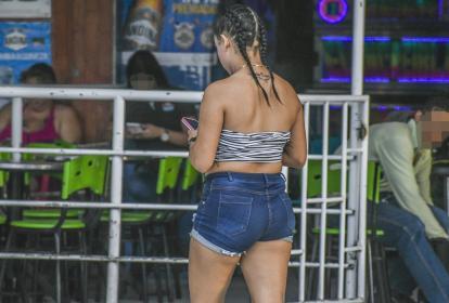 Una mujer camina en frente de uno de los estaderos de la comúnmente denominada Avenida Caracas, en Soledad, a unas pocas cuadras del terminal de buses.