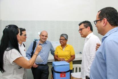 El viceministro de Salud, Iván Darío González (centro), aparece acompañado del secretario de Salud, Armando de la Hoz; el subsecretario de Salud, Hernando Viloria; la gerente del hospital, Alicia Rueda, y trabajadores del hospital.