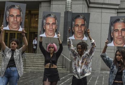 """Un grupo de protesta llamado """"Hot Mess"""" muestra fotos de Jeffrey Epstein frente al tribunal federal el 8 de julio de 2019 en la ciudad de Nueva York."""