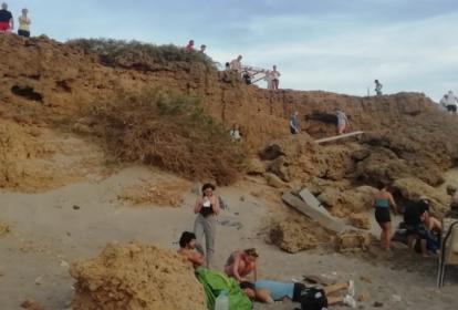 El vehículo cayó en una especie de laguna que se encuentra seca por el verano.