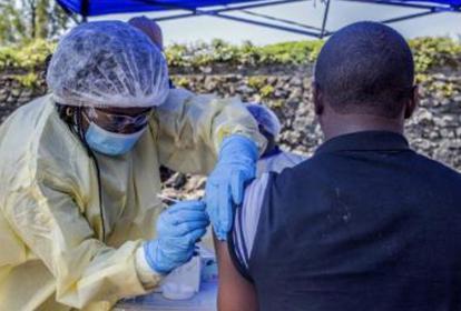 a tasa de fatalidad producida por este virus es de alrededor del 50%.