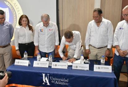 Carlos Prasca, rector de Uniatlántico, firma documento que buscará el aval de los ministerios de Salud y Educación.