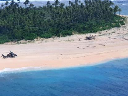 Pescadores son rescatados tras escribir un gigante S.O.S.