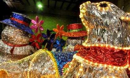 Las figuras son elaboradas en varilla, papel metalizado, malla y luego son revestidas con mangueras luminosas.