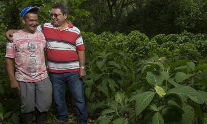César Montealegre, exsecuestrado, y Luis Moreno, exmiembro del grupo guerrillero que lo secuestró, un ejemplo de Reconciliación Colombia.