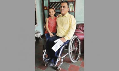 Milton Lara junto a su hija Katherine. Él quedó en sillas de ruedas desde los 2 años, afectado por poliomielitis.