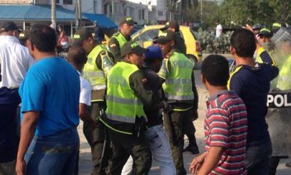 Miembros de la Policía se enfrentaron a los manifestantes por los bloqueos de vías.