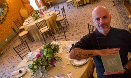 El chef  sincelejano Alex Quessep muestra su libro 'La presencia Árabe en la cocina del Caribe colombiano'.