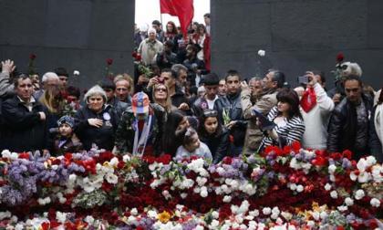 Flores en homenaje a la víctimas de la masacre.