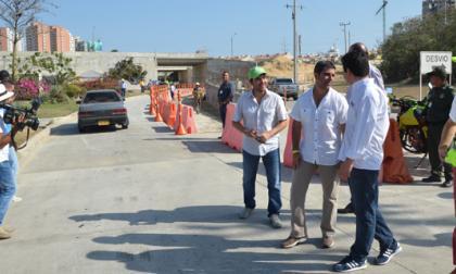 El ministro Henao, el alcalde Char y el gerente de Desarrollo, Jaime Pumarejo, saludan a varios conductores.
