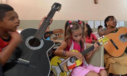 Niños y adultos participando de los talleres gratuitos.