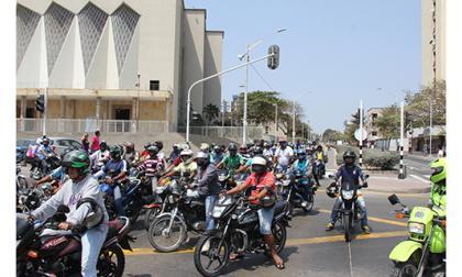 Mototaxistas y taxistas protestaron ayer contra medidas del Distrito