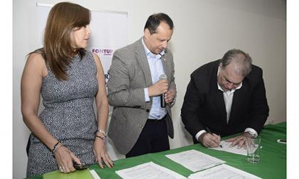 El representante legal de FTP, Jaime Espinosa, firma el contrato de concesión con la viceministra de Turismo, Sandra Howard, y el gerente de Fontur, Eduardo Osorio.