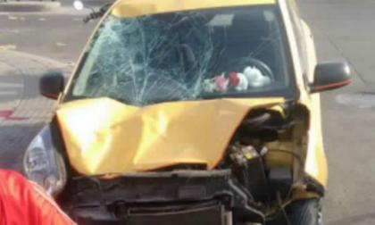 Muere motorizado tras impactar contra un taxi