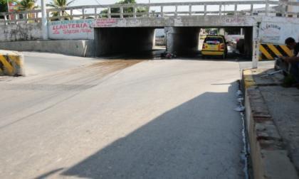 El taxista fue atacado a tiros cuando pasaba por debajo del puente del arroyo La Felicidad, en la calle 48 con carrera 50, en Barrio Abajo.