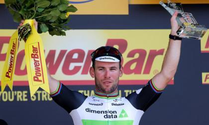 El ciclista británico Mark Cavendish (c) del Dimension Data celebra en el podio su victoria en la sexta etapa de la 103ª edición del Tour de Francia.